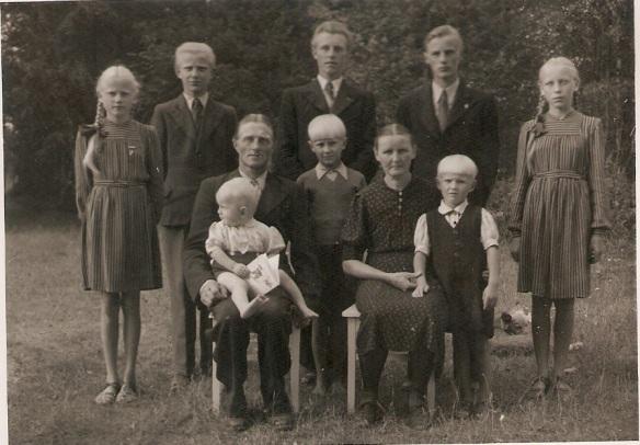 Mikko Koivusalon perhe 1945-1946 kuva © Sinikka Koivusalo